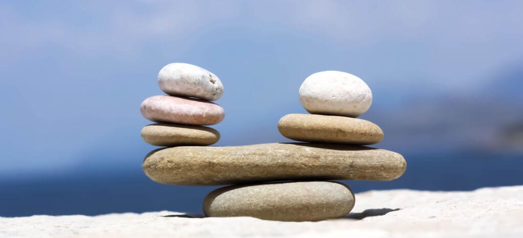 Sicherheit und Stabilität durch Mix aus Eigenkapital, Fremdkapital und Fördermitteln. Symbolbild: Steine in der Waage